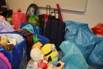 Sbírka staršího oblečení a potřeb pro domácnost, nazvaná Dejte věcem druhou šanci