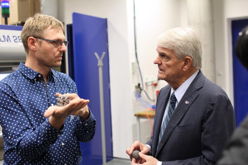Velvyslanec King (vpravo) v laboratoři pro 3D tisk<br />Autor: Archiv TUL