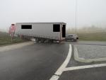 Řidič náklaďáku v mlze přehlédl kruhový objezd a najel doprostřed