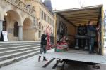 Stěhování sochy Čerta od Jaroslava Róny před libereckou galerií