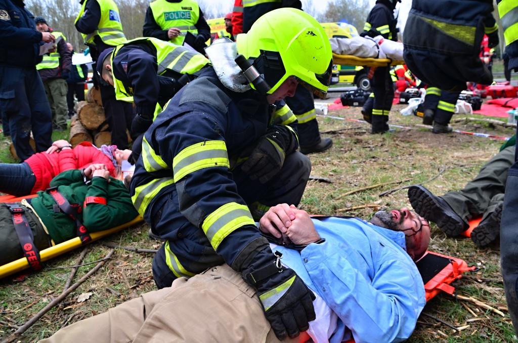 Taktické cvičení, jehož tématem byl nácvik koordinace složek IZS u požáru eskortního autobusu s vězni<br />Autor: HZS Libereckého kraje, Jaromír Mottl