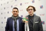Trofeje a medaile_autor Filip Lukavec a ředitel školy Pavel Kopřiva, SUPŠS Kamenický Šenov