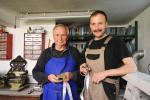 Výroba medailí_Boleslav Pára se synem ve své dílně