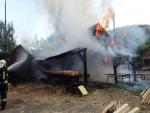 Hasiči bojovali s požárem pily v Desné