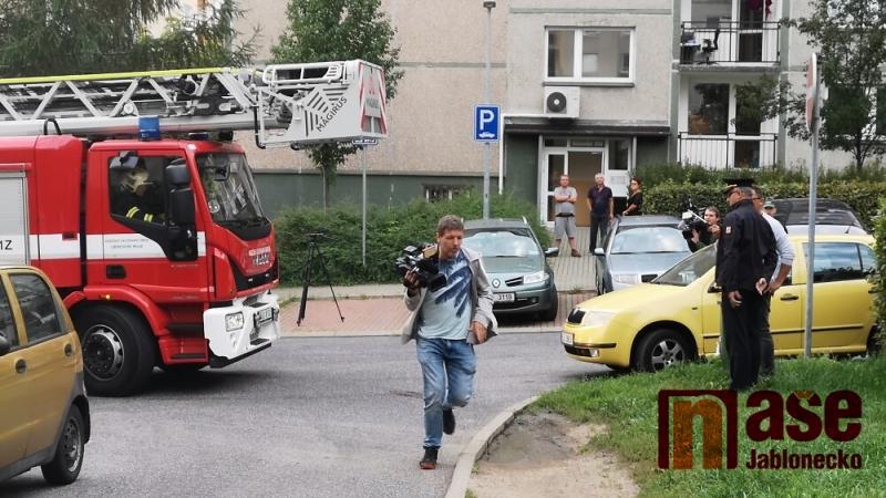 Ukázka, kdy se hasičská technika nemohla dostat přes zaparkovaná auta v Liberci Rochlicích