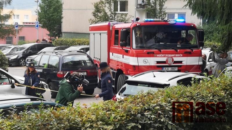 Ukázka, kdy se hasičská technika nemohla dostat přes zaparkovaná auta v Liberci Rochlicích<br />Autor: Rudolf Kožený