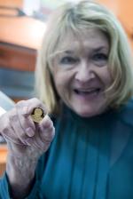 Pavlína Filipovská při ražbě mince jejího otce