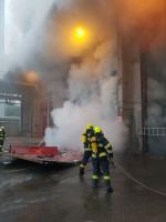 U požáru uskladněného odpadu zasahují liberečtí hasiči