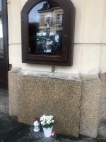 Pietní místo Karla Gotta před jabloneckým divadlem