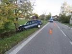 Nehoda v Pěnčíně na silnici druhé třídy, při které auto skončilo na stromě