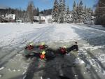 Hasiči cvičili v Bedřichově záchranu osoby propadlé na zamrzlé hladině