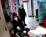 Záběry kamery z přepadení obchodu v Novém Městě pod Smrkem