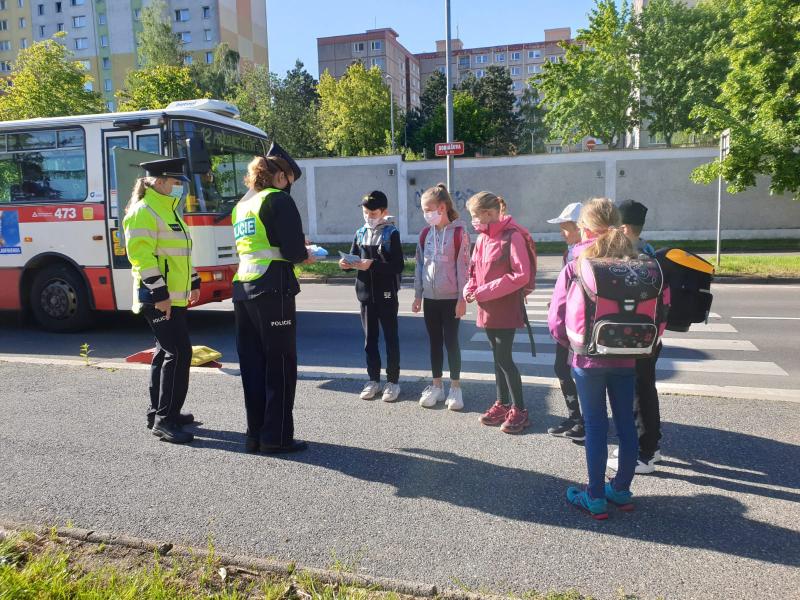 Děti se mohly setkat u přechodů s policisty, koordinátorkou BESIP a Týmem silniční bezpečnosti<br />Autor: Archiv Policie ČR