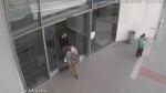 Poznáte muže na snímcích u Centralu v Jablonci? Pomůžete tím policii