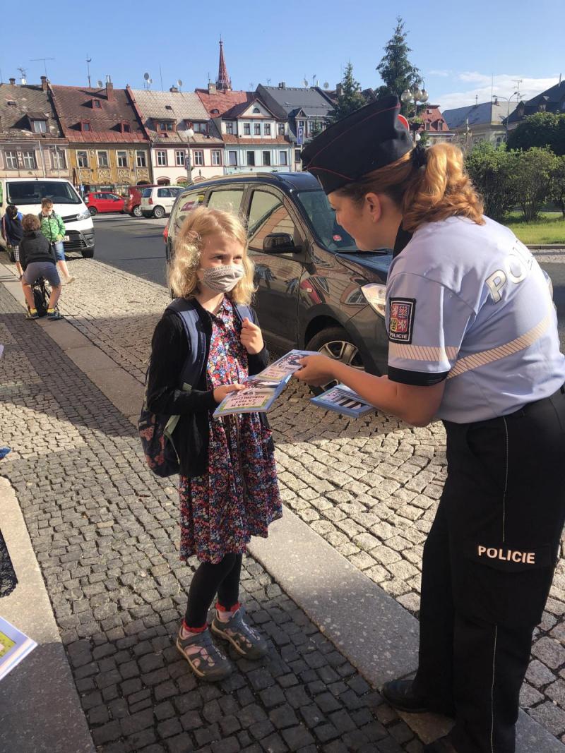 Policisté ve spolupráci s BESIPEM a Týmem silniční bezpečnosti radí dětem při cestě do školy