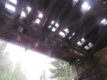 Poškozený železniční most a havarované auto v Desné