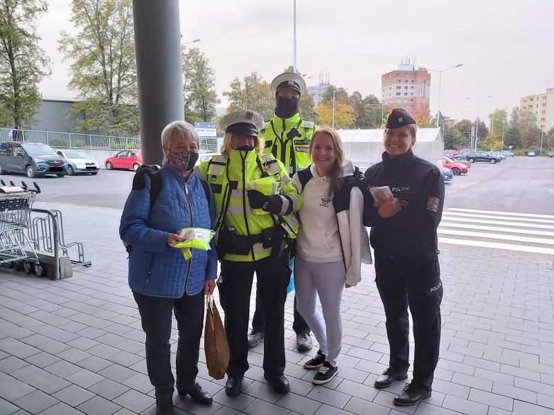 Policisté chodce a cyklisty a upozorňovali na důležitost hesla vidět a být viděn<br />Autor: Archiv Policie ČR