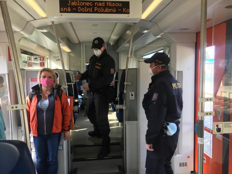 Kontrola policistů nošení roušek ve vlaku na trase Harrachov - Liberec<br />Autor: Archiv Policie ČR