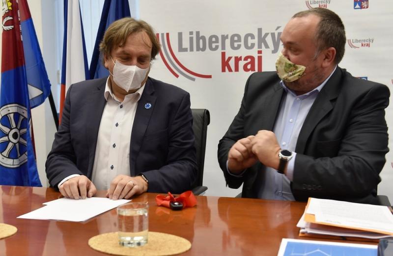 Předání šesti nových sanitek pro ZZS Libereckého kraje<br />Autor: Archiv KÚ Libereckého kraje