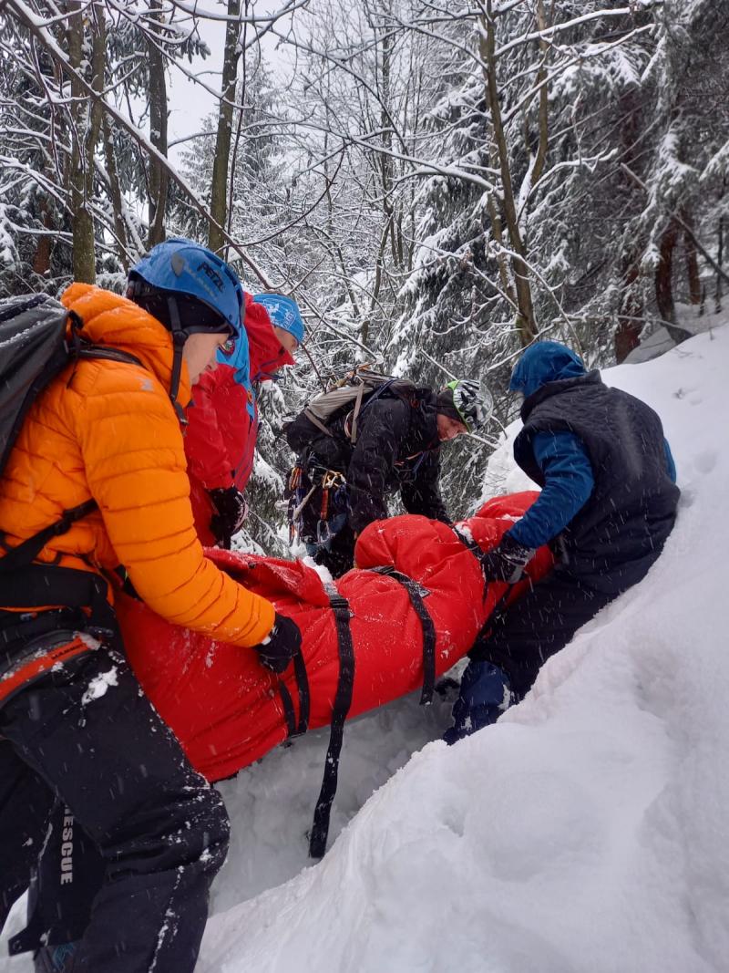 Záchrana zraněného muže pod ledopádem