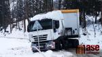 Uvízlý kamion na silnici u Rádla