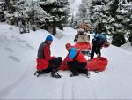 Záchrana mladé ženy na loveckých lyžích