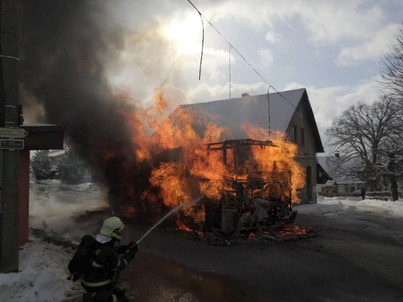 Požár autobusu v Jirkově u Železného Brodu
