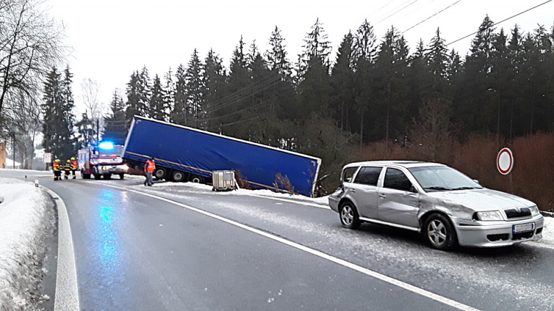 Nehoda kamionu a dalších tří aut u Loužnice<br />Autor: HZS Libereckého kraje