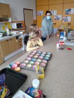 Děti ze ZŠ Pelechovská podpořily lékaře a sestřičky z místních nemocnic