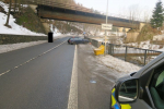 Na zledovatělé vozovce jel řidič v Tanvaldě rychle a narazil do zábradlí