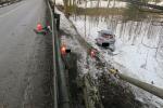 Na mokré vozovce dostal řidič v Jablonci smyk a přejel svodidla