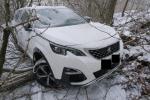 Nehoda osobního auta na zasněžené vozovce v Rychnově u Jablonce