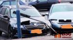 Tři nabouraná auta na parkovišti ve Smržovce