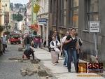Žulové kostky nahrazují nevyhovující povrch v Lidické ulici.